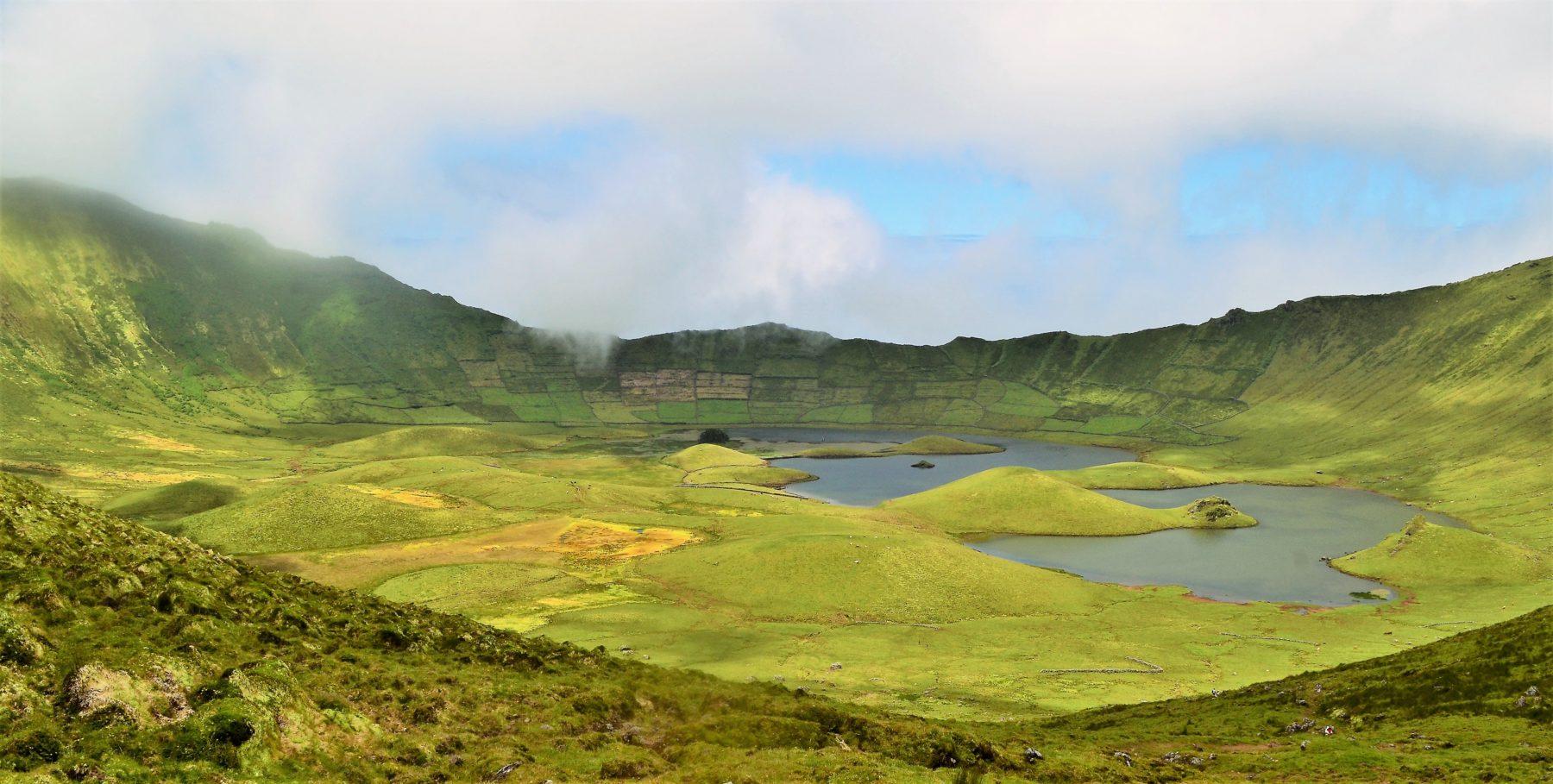 Lagoa do Caldeirão no misteriosa Ilha do Corvo
