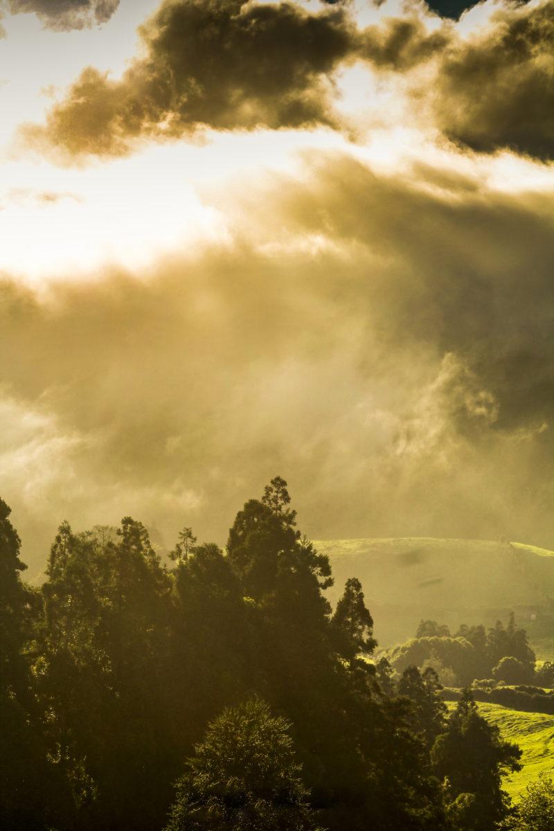 Pôr-do-sol por entre nuvens