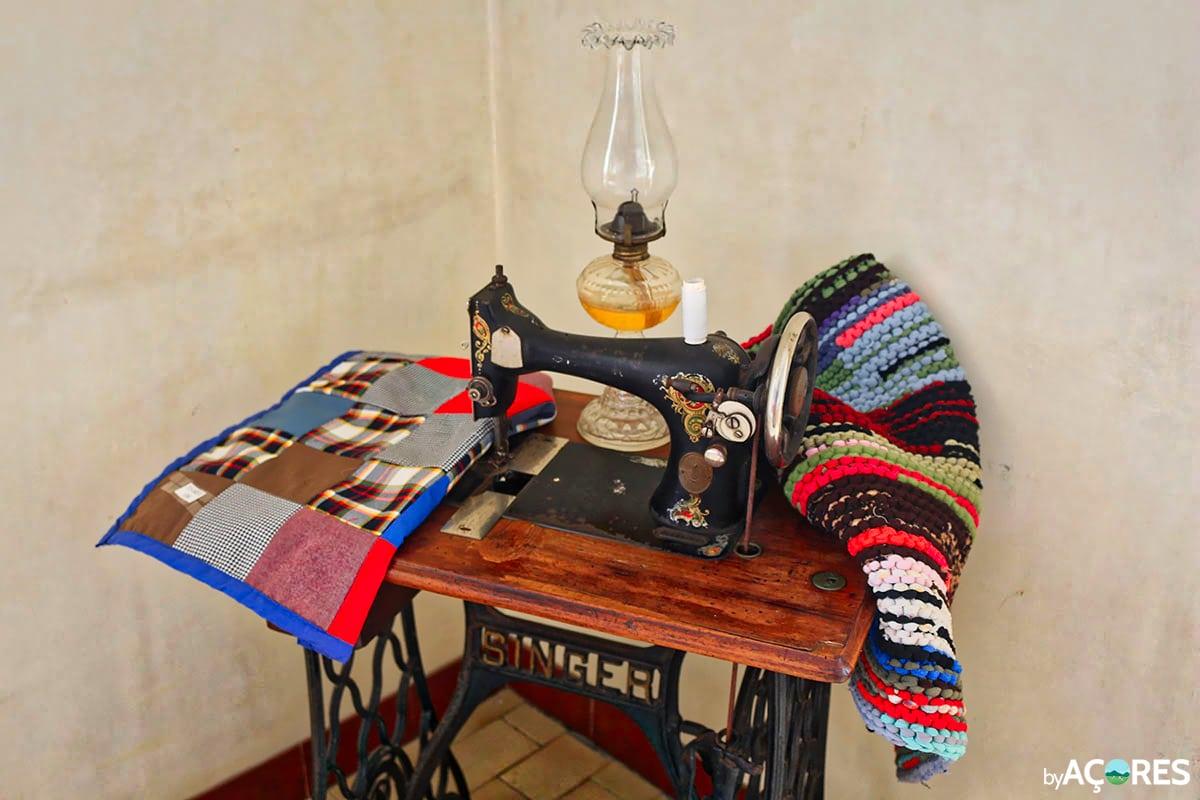 Mercearia Popular 1936 – Máquina de costura Singer antiga