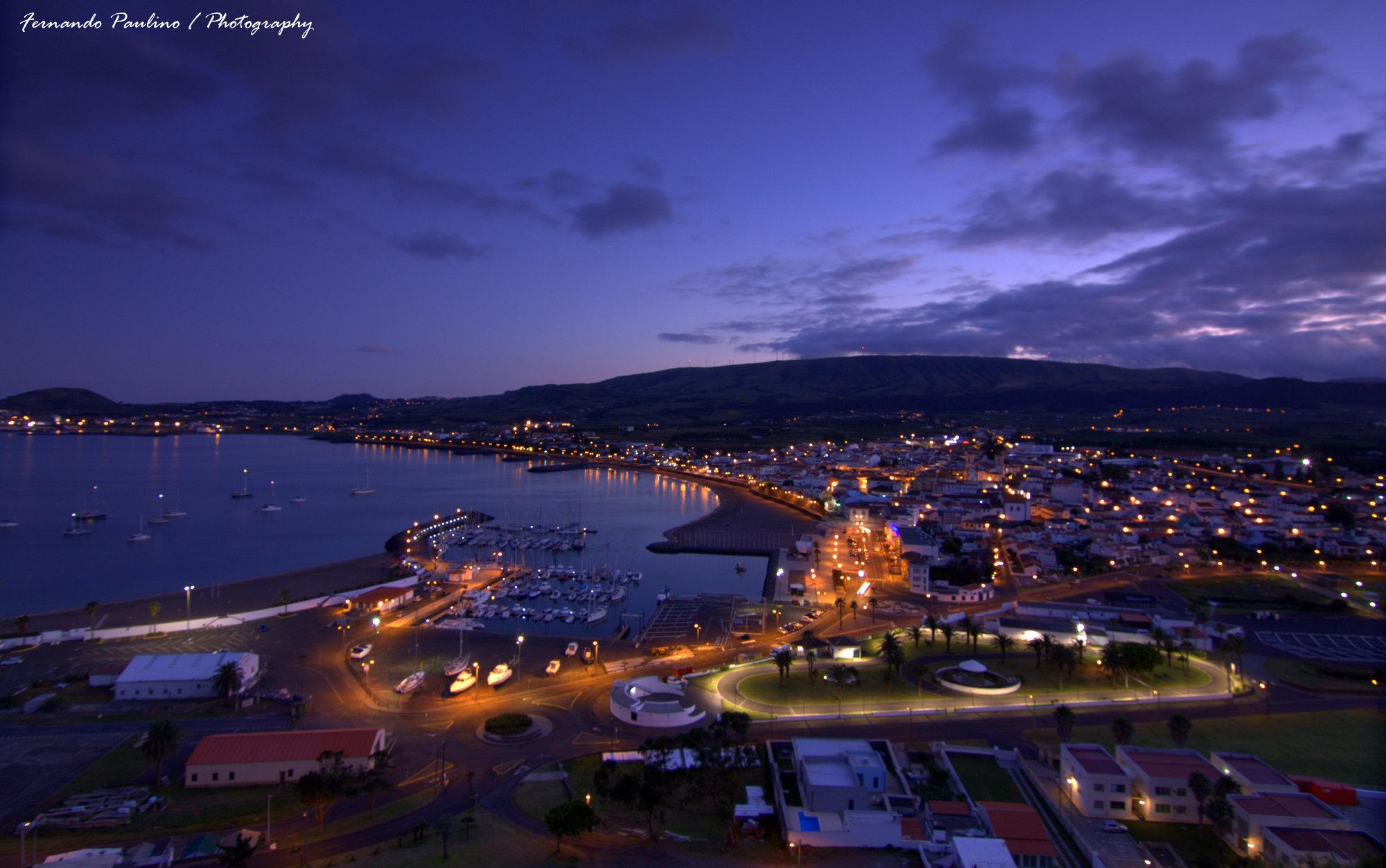Ao cair da noite na Cidade da Praia , ilha Terceira .