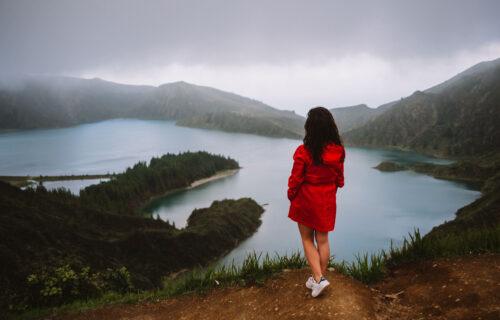 Lagoa do Fogo – A rapariga de vermelho